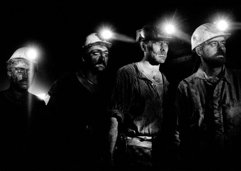 Schwarz-Weiss-Reportagefotografie an verschiedenen Arbeitsplätzen Anfang der neunziger Jahre: Bergarbeiter auf Schicht im Schacht der Steinkohlen-Zeche Ewald Schlägel und Eisen in Herten im Ruhrgebiet.