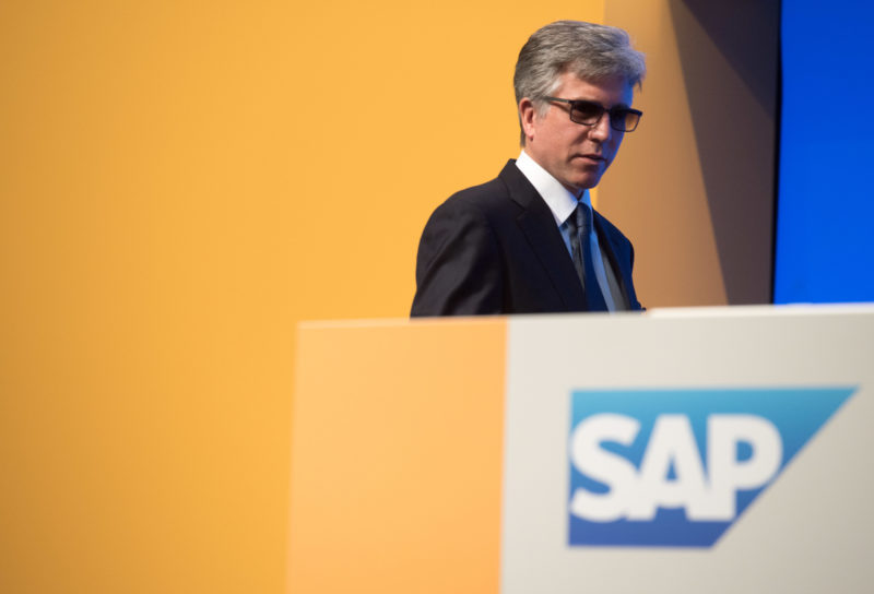 Managerportrait: Bill McDermott, CEO of SAP SE, in front of the SAP SE logo with the company colors yellow and blue. The picture was taken at the SAP SE Annual General Meeting
