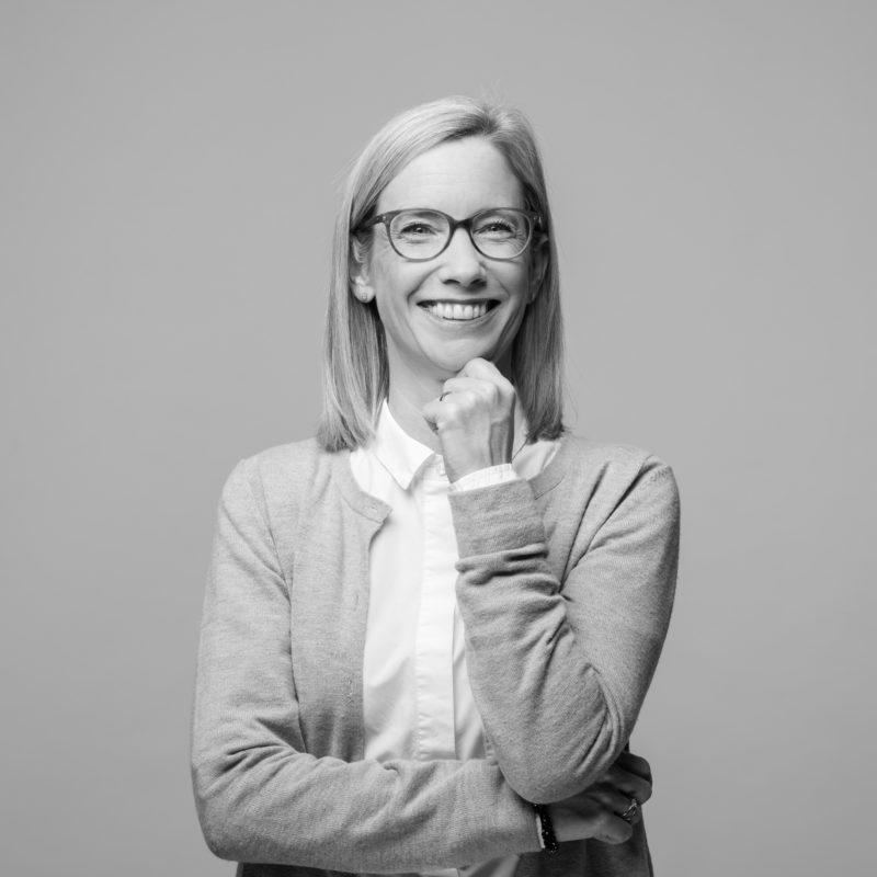 Mitarbeiterportraits an verschiedenen Standorten mit einheitlichem Licht und Hintergrund. Ein Studioaufbau vor Ort ermöglicht einen einheitlichen Stil, wenn man Businessportraits in Schwarz-Weiss von Mitarbeitern in ganz Deutschland fotografiert. Portrait 01 von 31