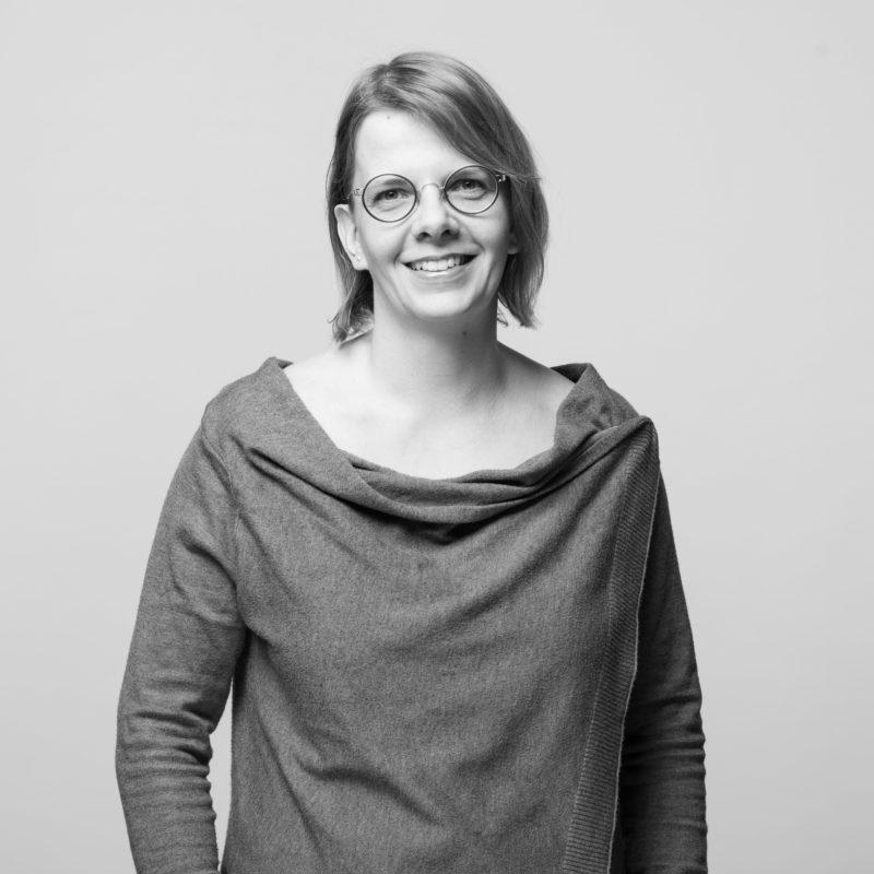 Mitarbeiterportraits an verschiedenen Standorten mit einheitlichem Licht und Hintergrund. Ein Studioaufbau vor Ort ermöglicht einen einheitlichen Stil, wenn man Businessportraits in Schwarz-Weiss von Mitarbeitern in ganz Deutschland fotografiert. Portrait 07 von 31