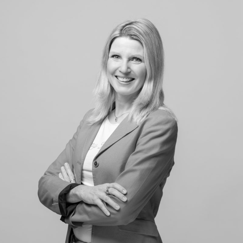 Employee portraits at different locations with uniform light and background. A on-location studio set-up allows a uniform style when taking business portraits in black and white of employees all over Germany. Portrait 12 from 31
