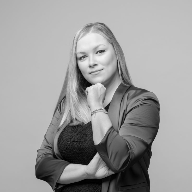 Employee portraits at different locations with uniform light and background. A on-location studio set-up allows a uniform style when taking business portraits in black and white of employees all over Germany. Portrait 20 from 31