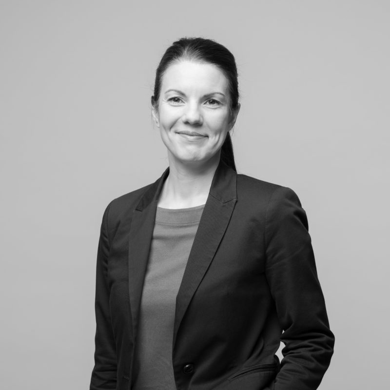 Employee portraits at different locations with uniform light and background. A on-location studio set-up allows a uniform style when taking business portraits in black and white of employees all over Germany. Portrait 21 from 31