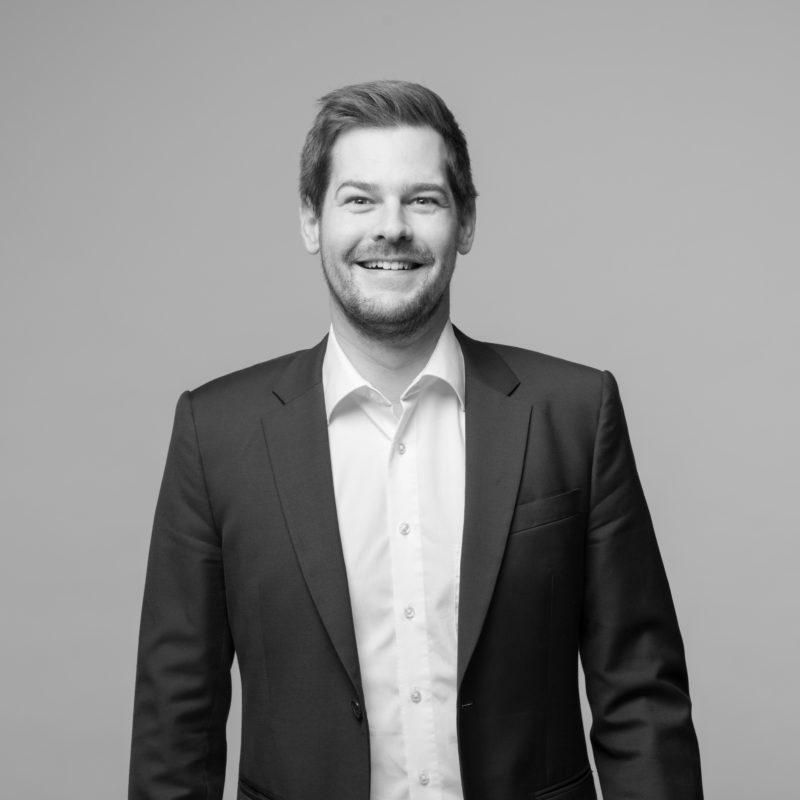 Mitarbeiterportraits an verschiedenen Standorten mit einheitlichem Licht und Hintergrund. Ein Studioaufbau vor Ort ermöglicht einen einheitlichen Stil, wenn man Businessportraits in Schwarz-Weiss von Mitarbeitern in ganz Deutschland fotografiert. Portrait 31 von 31