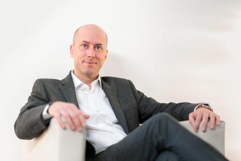 Businessportrait: Oft ist einfach entspanntes Sitzen ein gute Geste für Manager, die portraitiert werden.