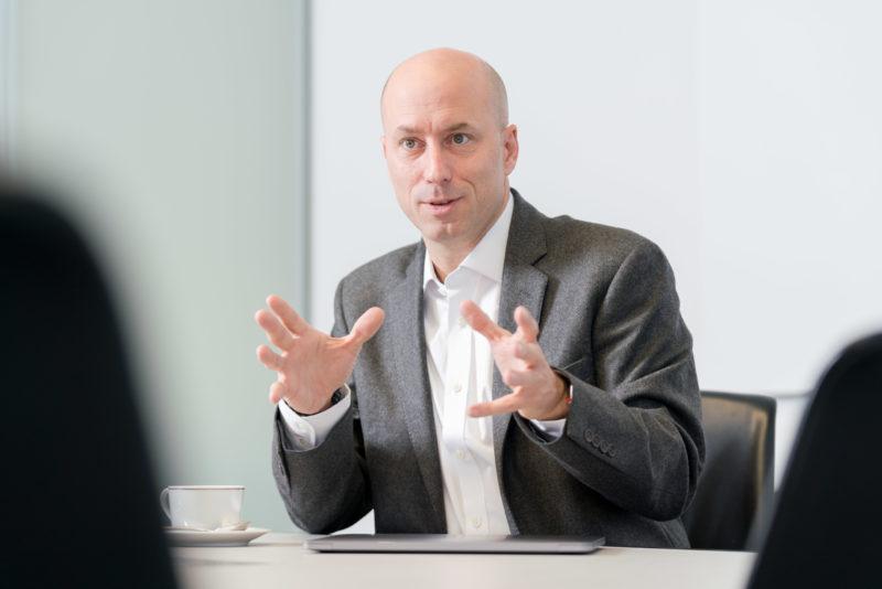 Businessportrait: Interviewfoto eines Managers: Die richtige Gestik und Perspektive bestimmen, wie die Person auf den Betrachter wirkt.