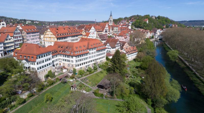 Luftaufnahmen und Drohnenfotografie: Blick auf die Tübinger Altstadt am Neckar.