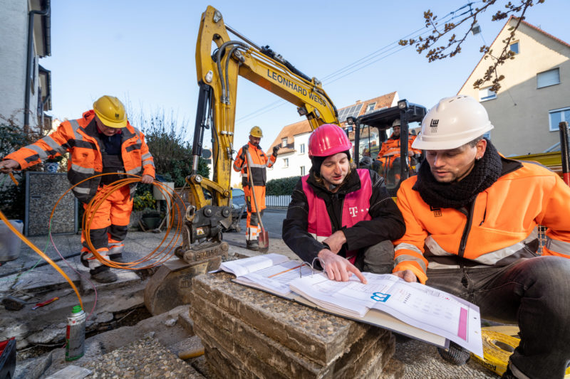 Reportage photography on a fiber optic construction site: Teamwork between the companies involved is important when the infrastructure for high-speed Internet is being laid.