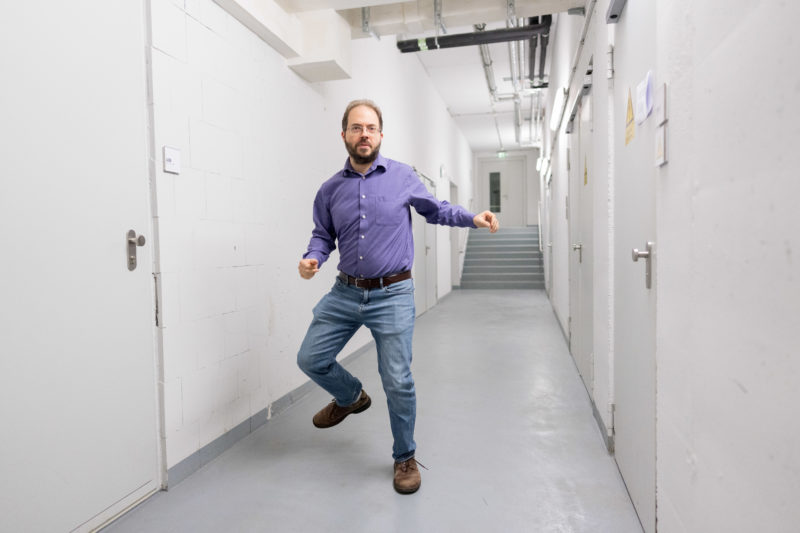 Portrait of a scientist: Great for the photographer, if the person you are portraying has step dance as a hobby. This is how an exciting portrait succeeds, even if the surroundings, here a cellar, are not very exciting.