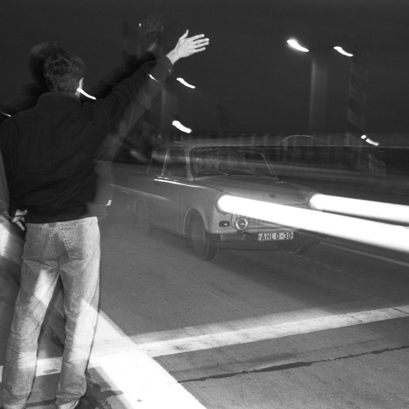 Luftaufnahmen und Drohnenfotografie: Reportagefotografie DDR Grenzöffnung 1989: Fahrzeuge aus der DDR fahren über die offene Grenze am Grenzübergang Helmstedt/Marienborn und werden von winkenden Westdeutschen begrüßt.