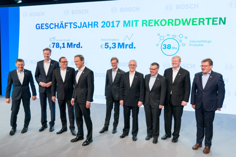 Group photo: Attempt to take a group photo of the management during a press conference on financial statements. Everybody is happy about the calls of the press and starts to form a row on stage.