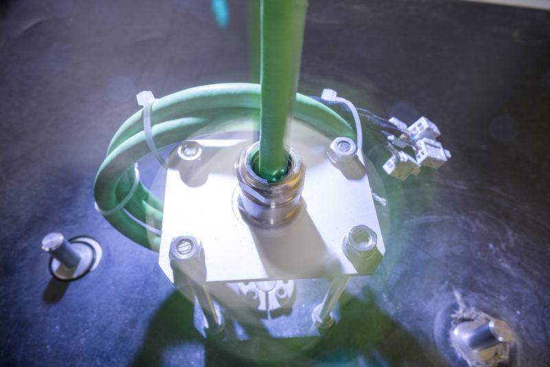 Industriefotografie: In einem Prüflabor: Hier wird die Verdrehungsfähigkeit eines Kabels getestet.