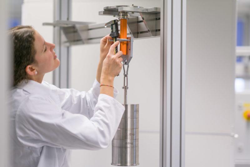 Industriefotografie: In einem Prüflabor: Hier wird die Fertigungsqualität von Industriekabeln getestet.