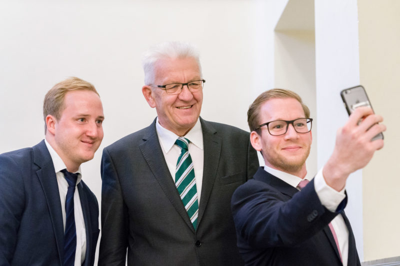 Editorial photography as event photography and fair photography: Winfried Kretschmann, Prime Minister of Baden-Württemberg, has himself photographed together with participants at a celebration for Selfies.