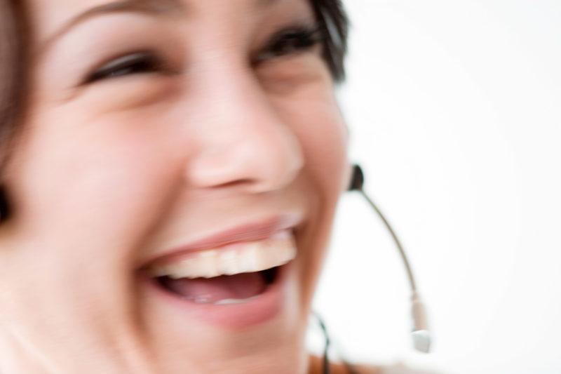 Industriefotografie: Eine Frau im Callcenter mit  Headset.