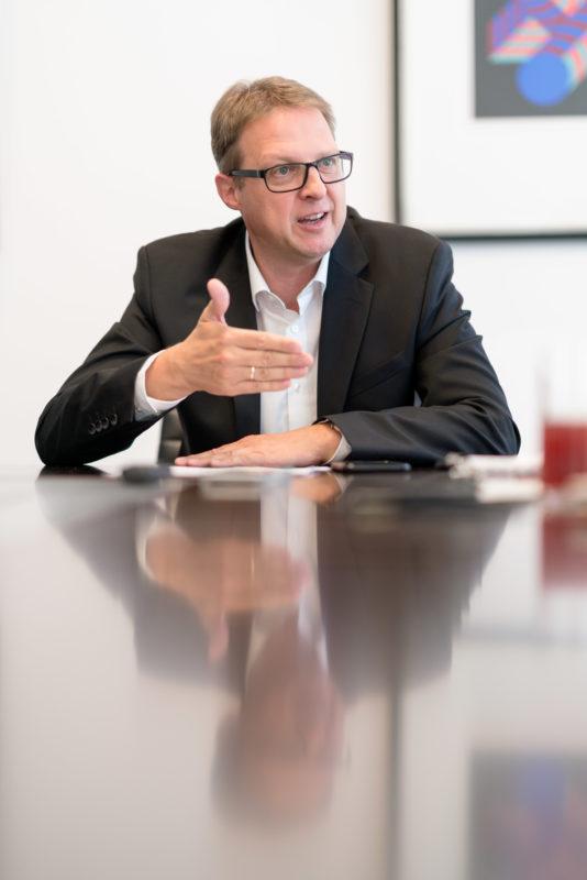 Portraitfotografie - Portrait eines Managers einer großen Softwarefirma: Während einem Interview aufgenommenes Managerportrait. Die Person spricht und nutzt dabei Gesten, welche die Fotos lebendig machen.