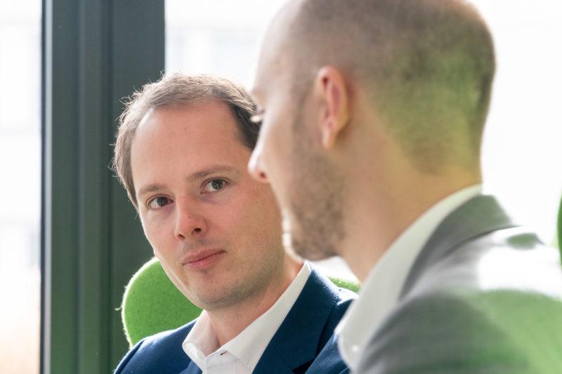 Gesprächsfotos: Führungskräfte im Interview: Bei einem nahen Doppelportrait ist die optisch perfekte Überschneidung der beiden Personen entscheidend.