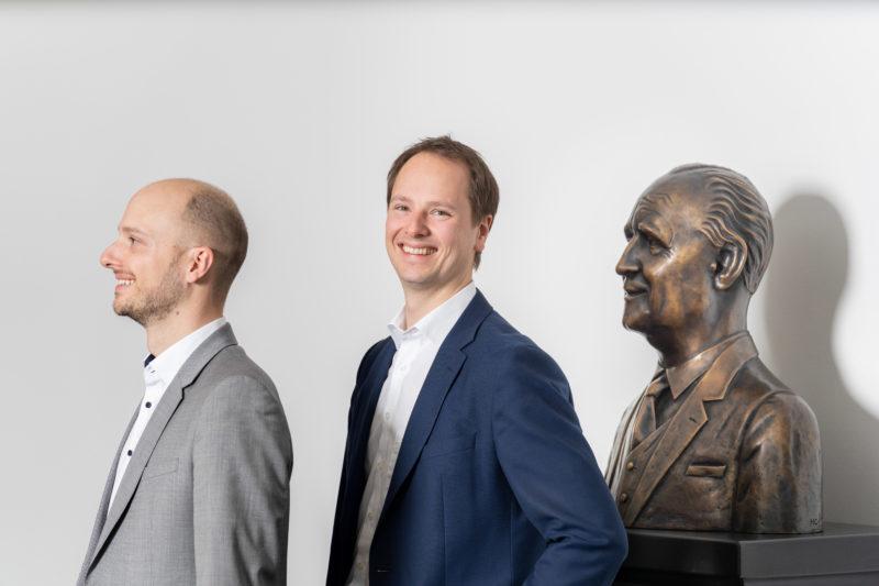 Gesprächsfotos: Führungskräfte im Interview: Die Büste des Firmengründers zusammen mit seinen Nachfahren veranschaulicht die Bedeutung der Familienunternehmen.