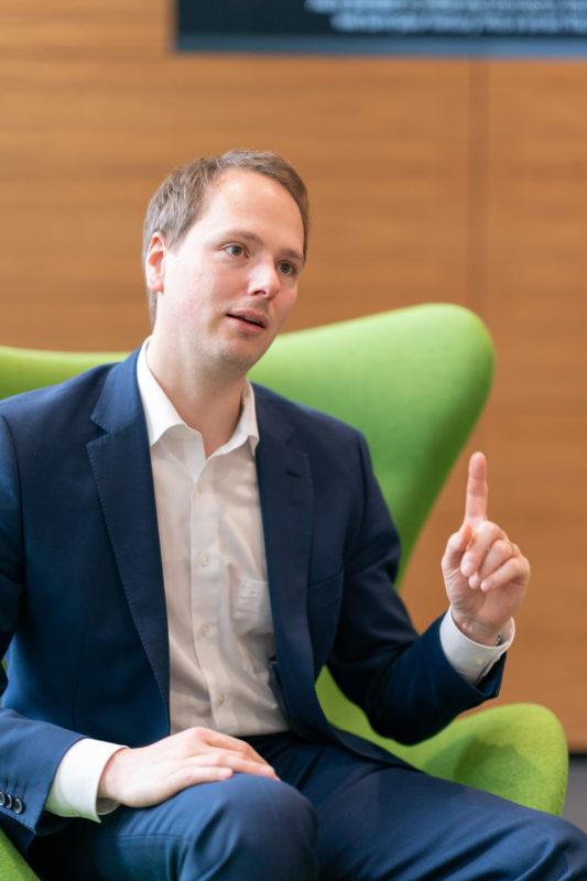 Gesprächsfotos: Führungskräfte im Interview: Erhobene Zeigefinger sind eine starke Geste im Foto, die aber oft nicht gewünscht ist.