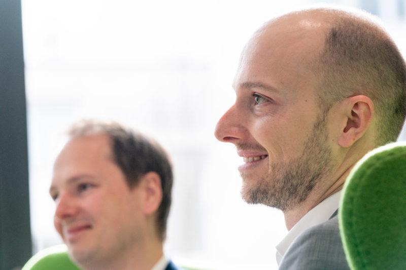 Gesprächsfotos: Führungskräfte im Interview: Doppelportraits wirken gut, wenn beide Abgebildeten synchron lachen.