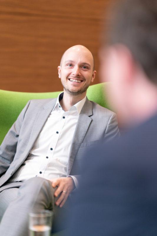 Gesprächsfotos: Führungskräfte im Interview: Unscharfe Bereiche im Vordergrund geben jedem Portraitfoto Tiefe und Spannung.