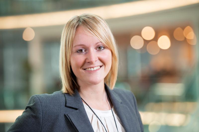 Miarbeiterfotografie: Managerportrait: Businessportrait: Portraitfoto einer Mitarbeiterin.