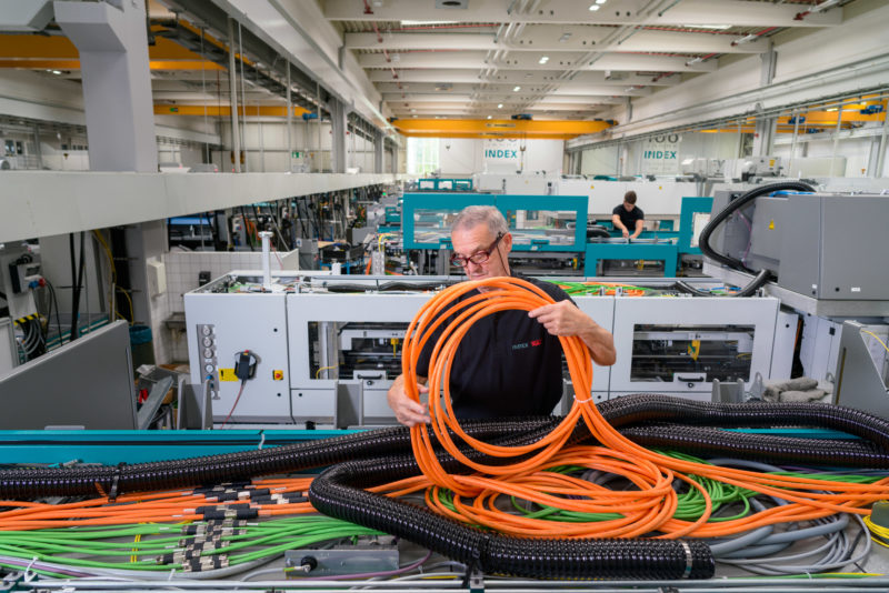 Industrial photography: Electrical assembly at a medium-sized manufacturer of machine tools.