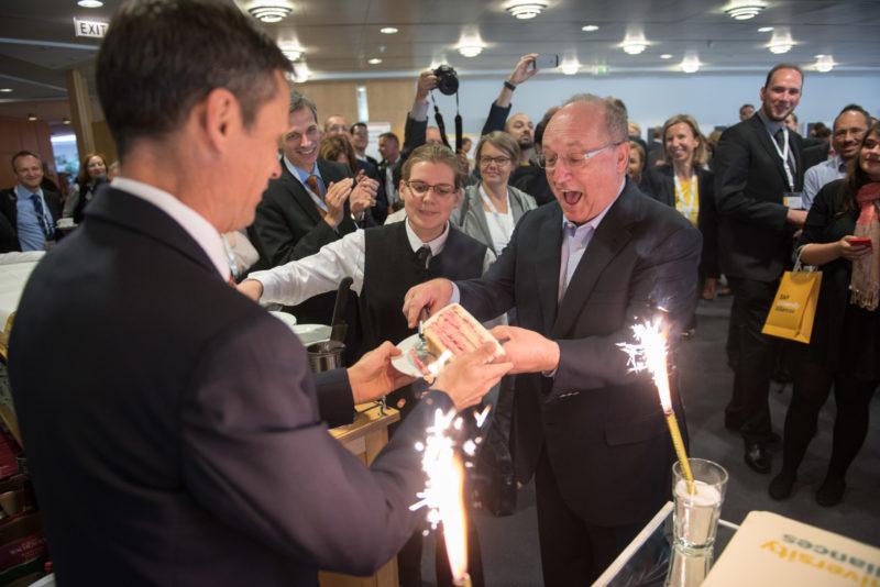 Reportagefotografie als Eventfotografie und Messefotografie: Gerhard Oswald, langjähriges Vorstandsmitglied von SAP SE, bekommt bei einer Firmenveranstaltung das erste Stück der Festtorte.