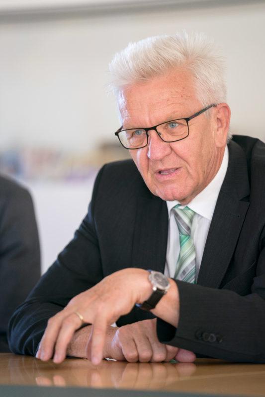 Fotoreportage - Besuch des Ministerpräsidenten bei einer mittelständischen Firma: Winfried Kretschmann im Gespräch mit der Geschäftsführung der Firma. Wichtig ist, dass man als Fotograf hier möglichst wenig stört.
