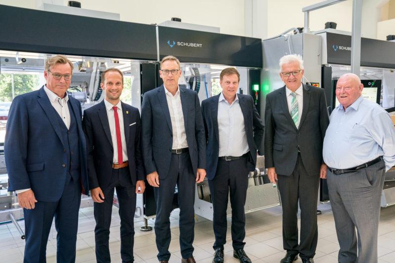 Fotoreportage - Besuch des Ministerpräsidenten bei einer mittelständischen Firma: Gruppenbild vor einer der Maschinen.