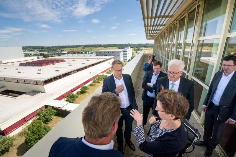 Fotoreportage - Besuch des Ministerpräsidenten bei einer mittelständischen Firma: Zunächst wird auf der Dachterasse des Hauptgebäudes das Firmengelände vorgestellt.