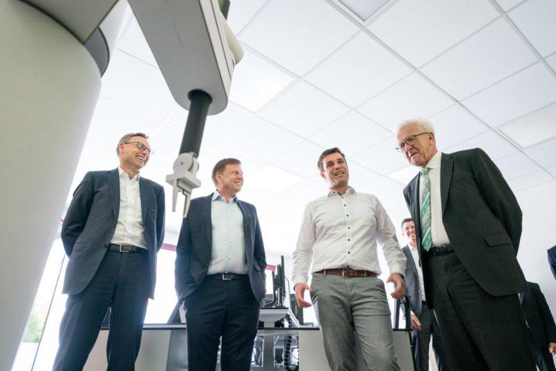 Fotoreportage - Besuch des Ministerpräsidenten bei einer mittelständischen Firma: Am Modell einer der in Planung befindlichen Maschinen.