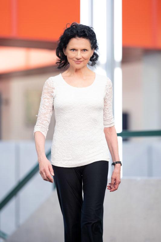 Portraitfotografie: Wissenschaftlerin in ihrem Institutsgebäude. Oft ist es gut, wenn man die Portraitierten in Bewegung fotografiert.