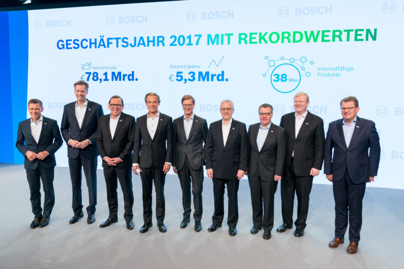 PR photography: Press photos at the press conference of Robert Bosch GmbH: Before the start, there is an opportunity for a group photo of the all-male board of management.