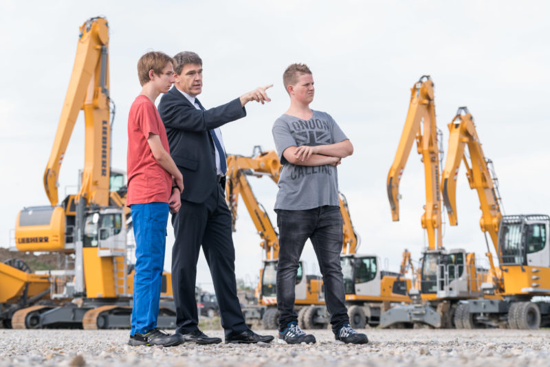 Editorial photography: During an internship at Liebherr-Hydraulikbagger GmbH, two pupils get an impression of the processes of an industrial company.