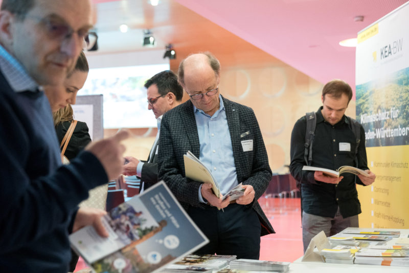 Press photos for an initiative of the Baden-Württemberg state government on the occasion of the kick-off event of the competence network CLIMATE MOBILE with Transport Minister Winfried Hermann: Visitors view documents exhibited before the event begins.