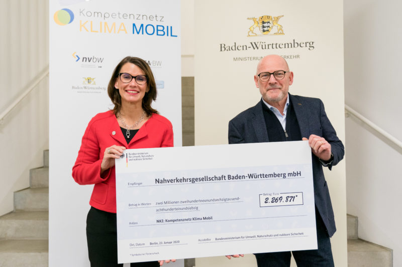 Press photos for an initiative of the Baden-Württemberg state government on the occasion of the kick-off event of the competence network CLIMATE MOBILE with Transport Minister Winfried Hermann: In order to be able to share it quickly, a photo of the cheque handover was taken before the start.
