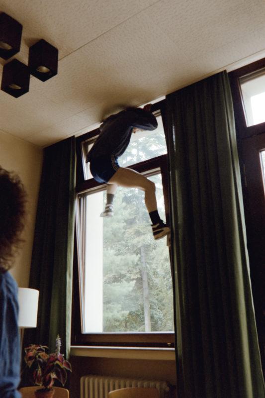 Reportagefotografie in der psychiatrischen Abteilung: Diese Patientin ist schon öfters durch das schräg gestellte Fenster in ihrem Zimmer aus der geschlossenen Station entflohen.