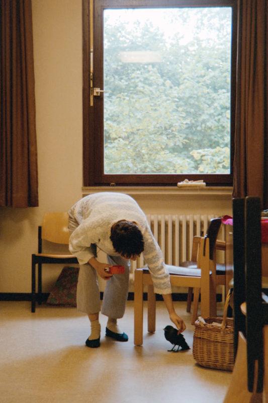 Reportagefotografie in der psychiatrischen Abteilung: Eine Patientin hat einen kranken Vogel in ihr Zimmer auf der geschlossene Station gebracht. Wenig später stirbt er.