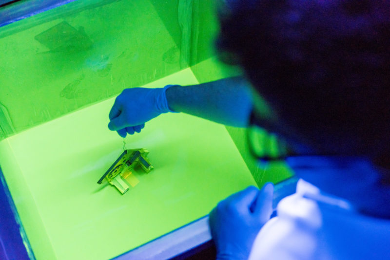 Industrial photography: For the quality inspection of metallic components for the aircraft industry, they are immersed in a special bath in order to detect possible cracks under UV light.