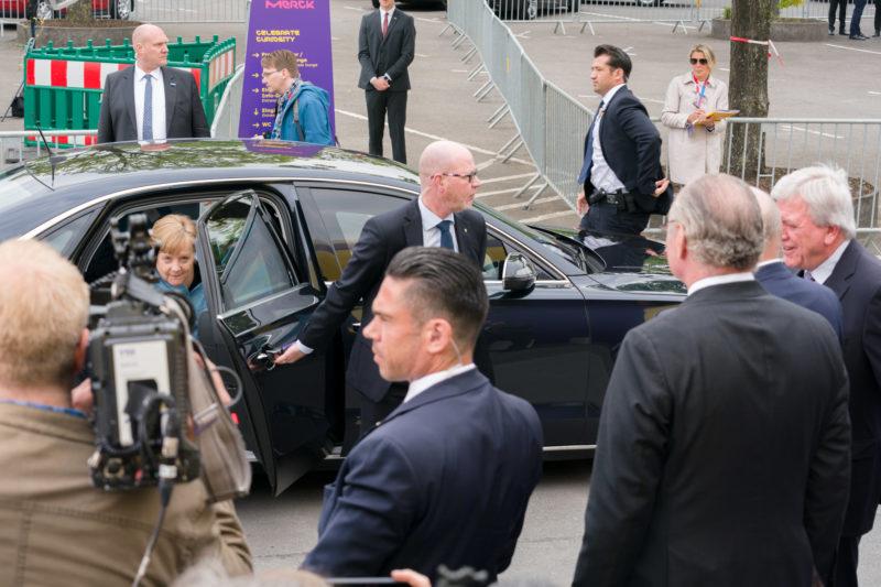 Reportagefotografie: Bundeskanzlerin Angela Merkel beim Festakt zum 350 jährigen Firmenjubiläum von Merck in Darmstadt. Bei der Ankunft der Kanzlerin steht man zwischen den anderen Fotografen und muss trotzdem aus dem richtigen Blickwinkel fotografieren. Ich mag es, trotzdem jedem Foto durch einen präzisen Ausschnitt Leben zu geben.