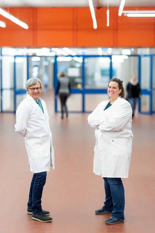 Reportagefotografie: Wissenschaftler erzeugen künstliches Elfenbein: Sie stehen in weißen Laborkitteln im Flur des Instituts und freuen sich.
