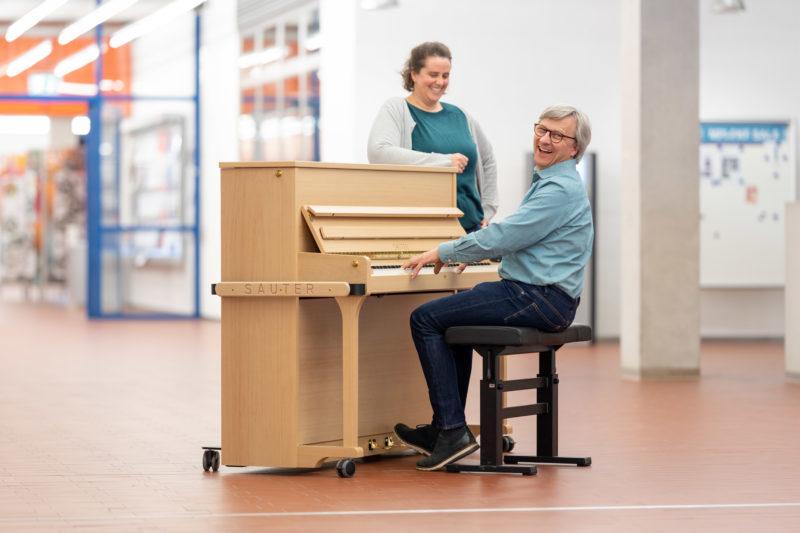 Reportagefotografie: Wissenschaftler erzeugen künstliches Elfenbein: Klavier mit Tasten aus künstlichem Elfenbein. Einer der Wissenschaftler spielt damit auf dem Flur an seinem Institut.