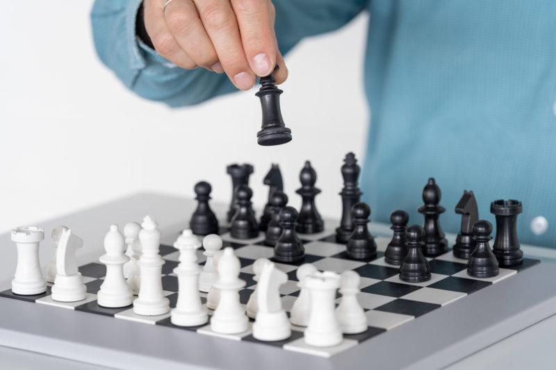 Reportagefotografie: Wissenschaftler erzeugen künstliches Elfenbein: Weiße Schachfiguren sind eine mögliche Anwendung. Nahaufnahme beim Schachspiel.