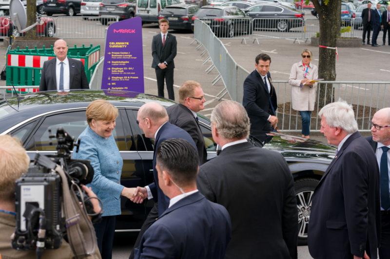 Reportagefotografie: Bundeskanzlerin Angela Merkel auf der Feier zum 350jährigen Jubiläum der Firma Merck in Darmstadt. Ankunft und Begrüßung vor dem Festakt.