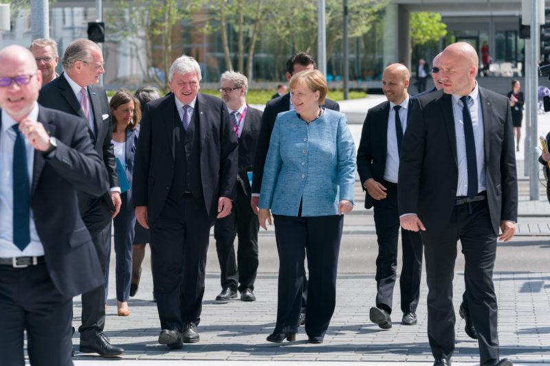 Reportagefotografie: Bundeskanzlerin Angela Merkel auf der Feier zum 350jährigen Jubiläum der Firma Merck in Darmstadt. Die Gruppe der VIP-Gäste geht zu Fuß zur Firmenzentrale.