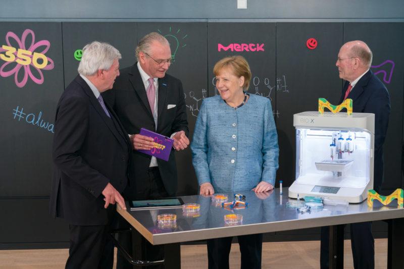 Reportagefotografie: Bundeskanzlerin Angela Merkel auf der Feier zum 350jährigen Jubiläum der Firma Merck in Darmstadt. Sie lässt sich Produkte und Technik aus der aktuellen Firmenforschung zeigen.