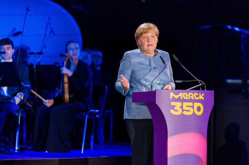 Reportagefotografie: Bundeskanzlerin Angela Merkel auf der Feier zum 350jährigen Jubiläum der Firma Merck in Darmstadt. Bei ihrer Festansprache ist es wichtig zur Pressenutzung sowohl Hoch- als auch Querformataufnahmen anzubieten.