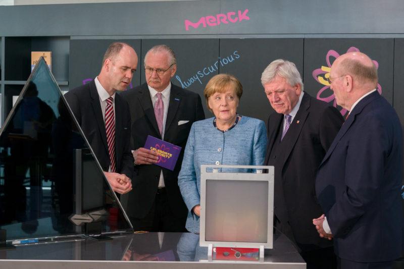 Reportagefotografie: Bundeskanzlerin Angela Merkel auf der Feier zum 350jährigen Jubiläum der Firma Merck in Darmstadt bei einer Technikdemonstration.