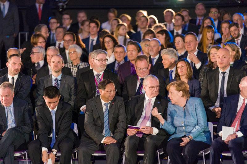 Reportagefotografie: Bundeskanzlerin Angela Merkel auf der Feier zum 350jährigen Jubiläum der Firma Merck in Darmstadt. Sie unterhält sich vor Beginn des Festaktes angeregt mit einem der Gastgeber.